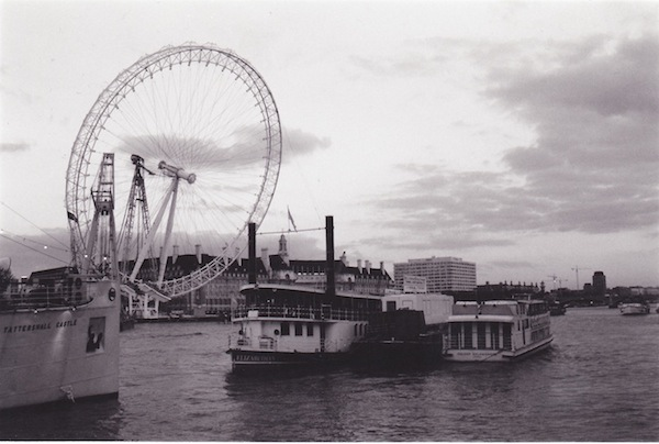 The London Eye is hoisted into place, fall 1999.